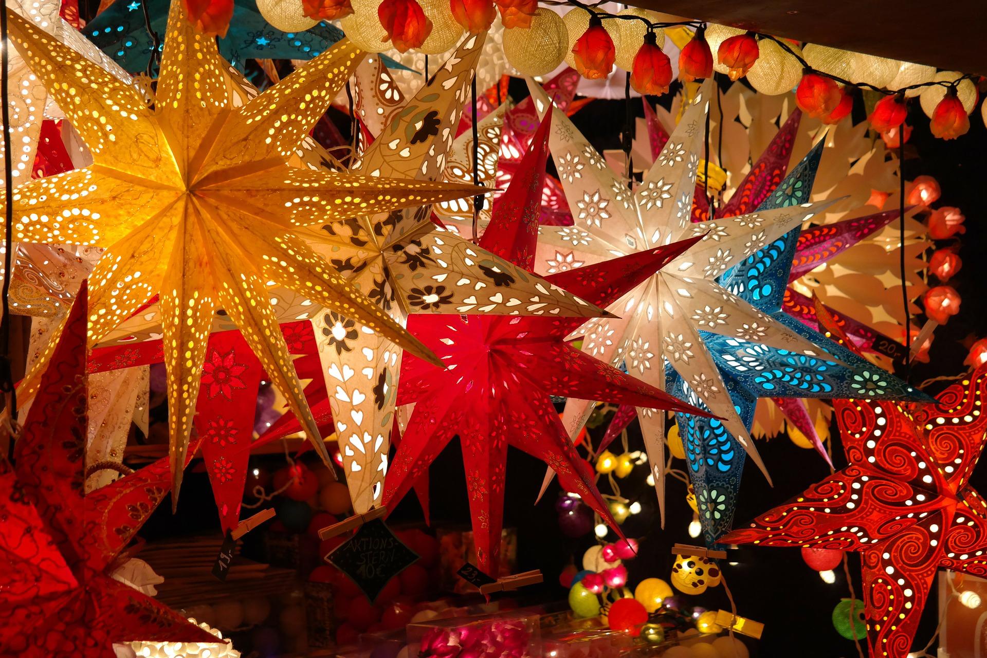 Romantischer Weihnachtsmarkt.Romantischer Weihnachtsmarkt Fassdeko